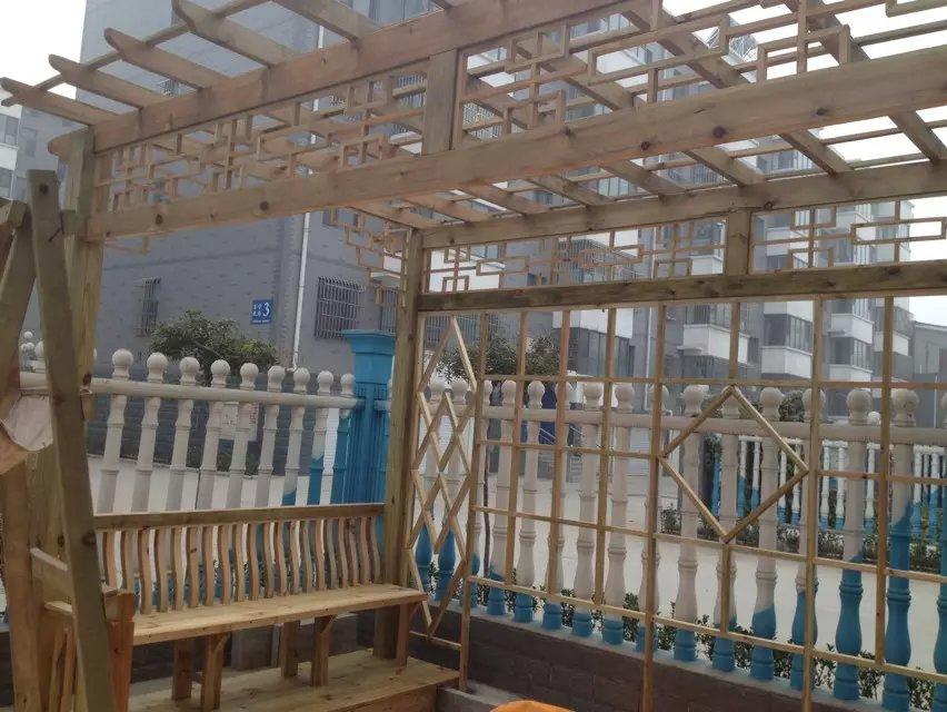 鑫美木艺(石家庄市常氏建材有限公司)是集设计、制作咨询、工程安装、售后为一体的专业化现代楼梯企业,专业生产纯实木楼梯、木制楼梯扶手、楼梯立柱、旋转楼梯、弧形楼梯及L形楼梯等各种室内木制楼梯。多年来,始终专注于实木楼梯行业,在实木楼梯的产品研发、安装工艺、满足个性化需求方面取得了巨大成绩,鑫美楼梯将为您提供专家级的实木楼梯设计、解决方案;鑫美楼梯拥有专业自主的研发队伍,致力于产品的款式、颜色、风格的开发,取得了令人嘱目的成绩,既发挥了实木产品的自然韵味,体现出用户高贵生活品质的优势,又与现代装修浑然一体,令