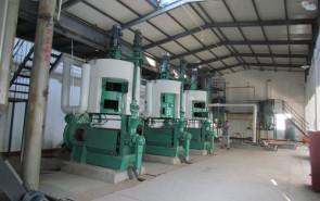 兴健蓖麻油厂安装的榨油机设备