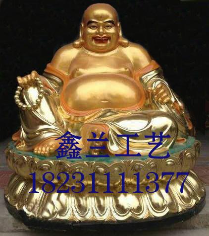 弥勒佛铜佛像与铜雕佛像韦驮菩萨同在寺院门口的天王殿内玻璃钢雕塑